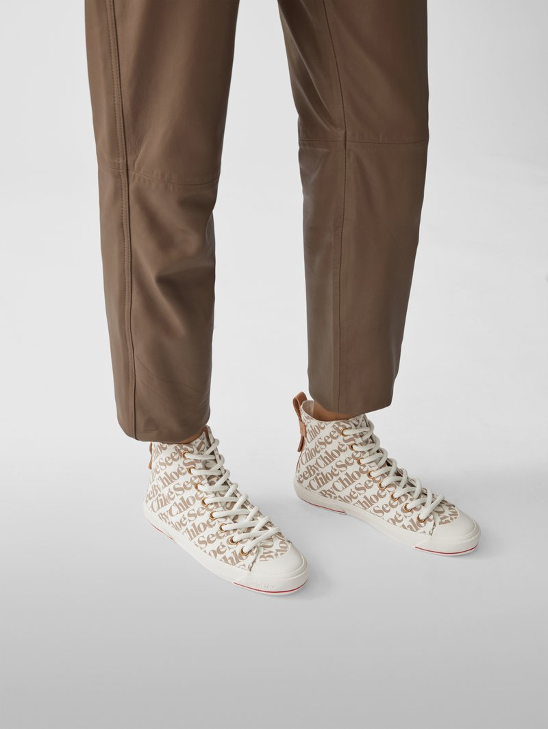See by Chloé Sneaker mit Allover-Logo in Beige - 1