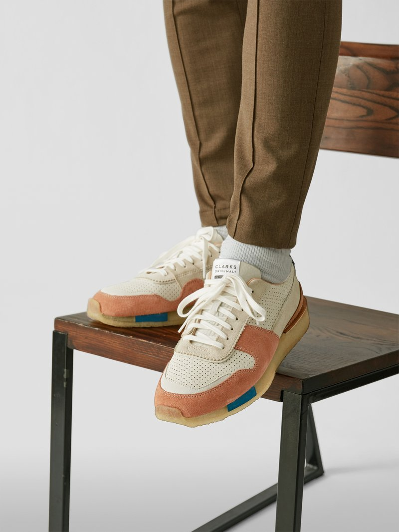 Clarks Sneaker mit Material-Mix in Rot - 1
