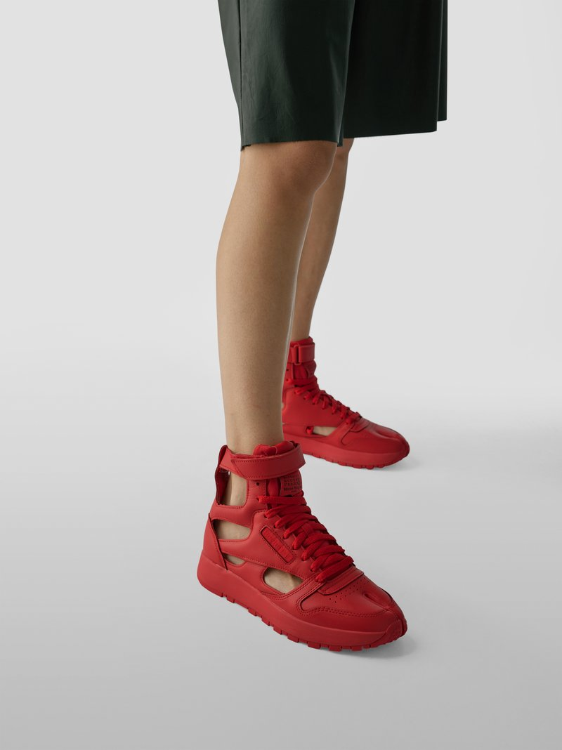 Maison Margiela High-Top-Sneaker mit Cut Outs in Rot - 1